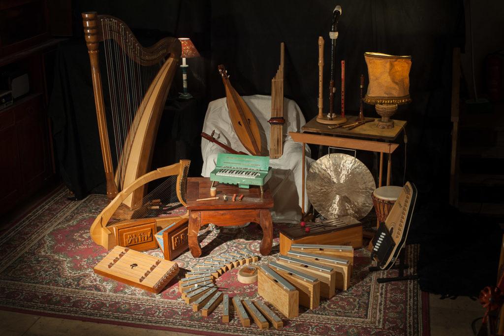 """Corinas Musik Die Musik von Corina Kuhs ist vielfältig und sorgt bei Ihren Zuhörern immer für Überraschungen! Die wandelfähige Stimme in Kombinationen mit den zahlreichen außergewöhnlichen Instrumenten aus verschiedenen Zeitepochen und aus anderen Ländern hat Alleinstellungsmerkmal.   Viele Instrumente hören ihre Gäste zum ersten Mal: So zum Beispiel die Autoharp, Dan Moi, Khaen, Shruti-Box und vieles mehr. Wichtig ist der Musikerin aus Kärnten, dass sie die Zuhörer berührt und ihnen wunderschöne Momente, Träume und Klangspähren schenken darf. Volkslieder aus aller Welt, Ethno-Improvisationen, Eigenkompositionen und schräge Coverversionen bringt die Musikerin zum Besten.     Die Sängerin und Multiinstrumentalistin Corina Kuhs sammelt seit Jahren Instrumente  aus aller Welt und aus verschiedenen Zeitepochen. Aus ihrer großen Sammlung nimmt Corina immer rund 12 Instrumente mit zu ihren Konzerten. Weltmusik, Eigenkompositionen und Improvisationen bekommt das Publikum zu hören. Ihre Lieder klingen orientalisch, irisch, afrikanisch, slawisch, oft mittelalterlich  - aber auch modernere Songs entstehen auf ihren außergewöhnlichen Instrumenten. Stilistisch möchte sich die Musikerin nicht einengen lassen. Auf den vielen verschiedenen Instrumente entsteht vielfältigste Musik. So finden sich auch schräge innovative Coverversionen in ihrem Programm.     Solokünstlerin CORINA KUHS  """"Mir geht es bei meinen vorgetragenen Liedern immer darum, tiefe Gefühle bei den Zuhörern auszulösen. Sie sollen die Musik im Bauch spüren. Und es ist mir vor allem wichtig, die Vielfalt der Musik aufzuzeigen. Das ist faszinierend und atemberaubend für mich, und das versuche ich zu vermitteln. Obwohl ich ja leider nur einen Bruchteil davon zeigen kann, was auf unserer Welt an Musikstilen vorhanden ist.""""  Corina Kuhs ist Sängerin, Multi-Istrumentalistin und unterrichtet nebenbei verschiedene Instrumente. Man kann sie für folgende Anlässe buchen:  Solokonzert  Hochzeit (eigenes Repertoire)  Taufe (eigen"""